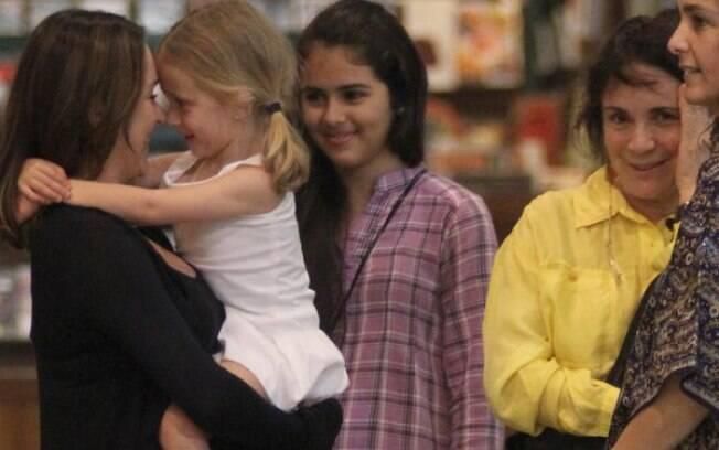Regina Duarte fica de olho na filha, Gabriela Duarten e na netinha, Manuela
