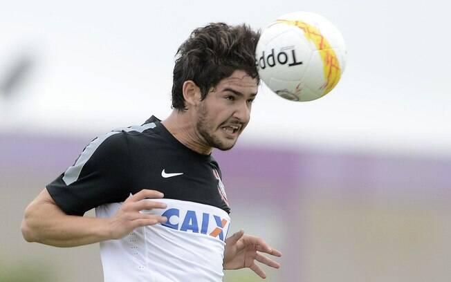 8e5b4c9fb1 Alexandre Pato em ação no treino do Corinthians neste domingo. Foto  Gazeta  Press