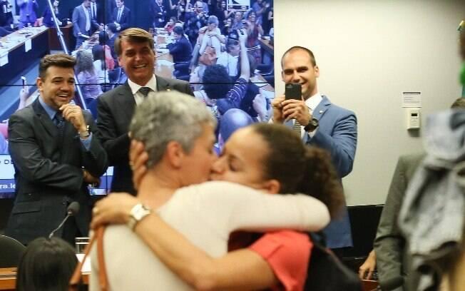 Deputados Marco Feliciano,  Jair Bolsonaro e Eduardo Bolsonaro acompanham rindo e fotografam protesto de artistas na Câmara