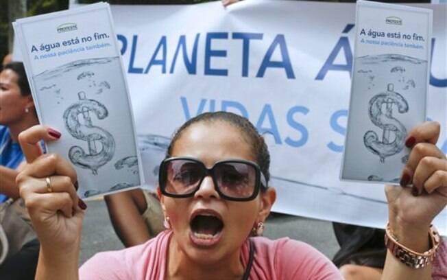 Moradores protestam contra a falta de água em São Paulo (26/01/2015). Foto: AP Photo