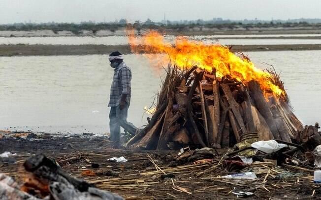 Covid na Índia: O que explica o aparecimento de dezenas de corpos no rio Ganges