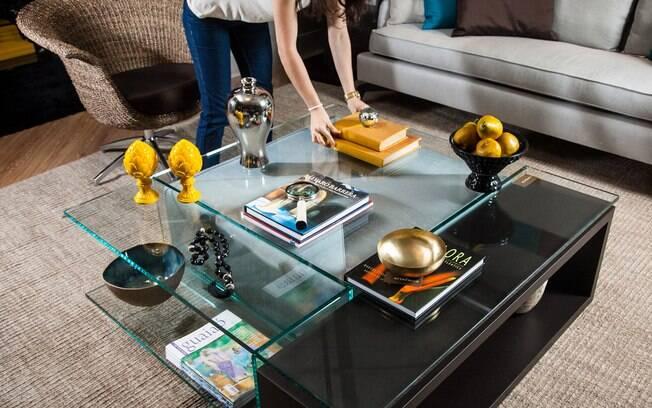 3 MINUTOS - Tire os livros mais bonitos da estante e transforme-os em objetos de decoração. Pode ser sobre a mesa de centro ou no criado-mudo