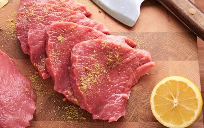 Existem diferentes maneiras de temperar a carne para por na brasa da grelha!