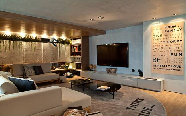Sala De Estar Ou Living ~ Um trilho preso ao teto da sala de estar, planejada por Gabriela Eloy