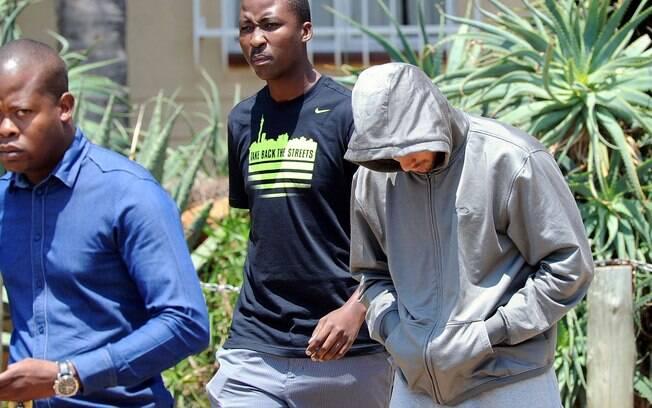 Cabixbaixo, Oscar Pistorius deixa a delegacia  após prestar depoimento no dia da morte da  namorada