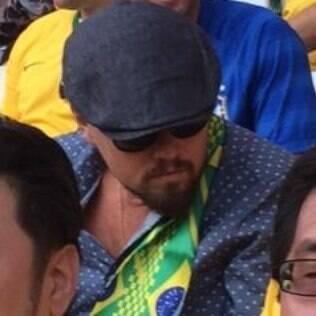 Revista Veja fotografa Leonardo DiCaprio no meio da torcida brasileira