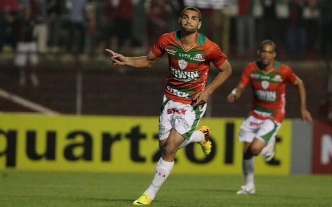 Gilberto corre para festejar um dos gols da  Portuguesa diante do Bahia, no Canindé