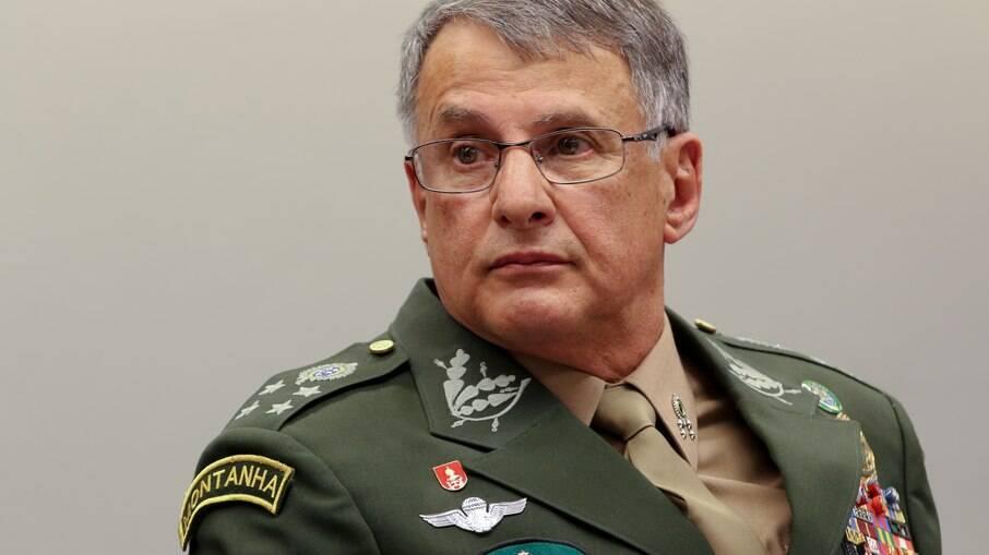 Três comandantes das Forças Armadas entregaram seus cargos nesta terça-feira (30)