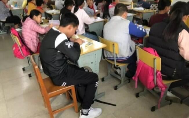 Após o professor ser demitido, o menino conseguiu voltar a sentar perto de seus colegas e realizar as atividades normalmente