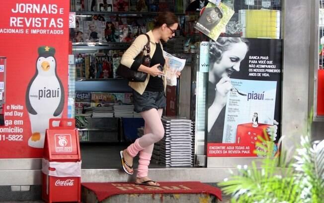 Depois do almoço, a atriz parou em uma banca de jornais para comprar o jornal