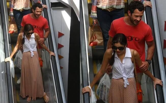 Malvino Salvador e Sophie Charlotte passeiam em shopping, no Rio