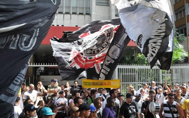 Torcida do Corinthians protesta em frente ao  Consulado da Bolívia na Avenida Paulista