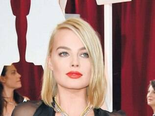 Margot Robbie foi de pretinho básico com ares de camisola assinado por Saint Laurent