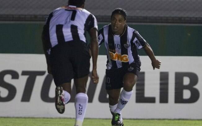 Ronaldinho e Jô comemoram gol do Atlético-MG