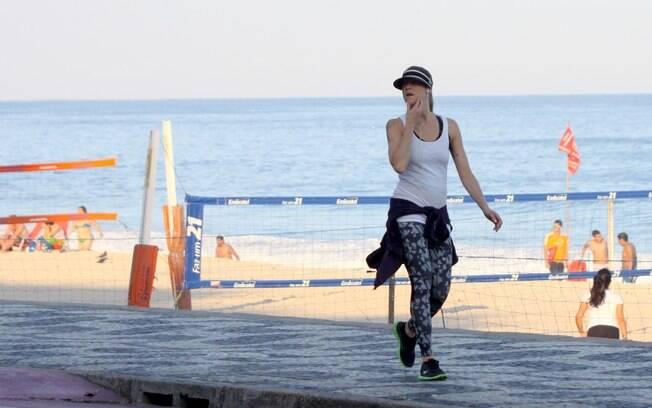 Luana Piovani caminha pela orla da praia no Rio de Janeiro