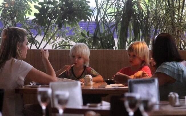 Fernanda Lima almoça com os filhos, Francisco e João