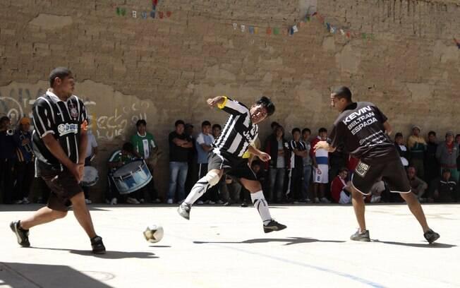 Corintianos participam de jogo com outros  presidiários na cadeia de Oruro
