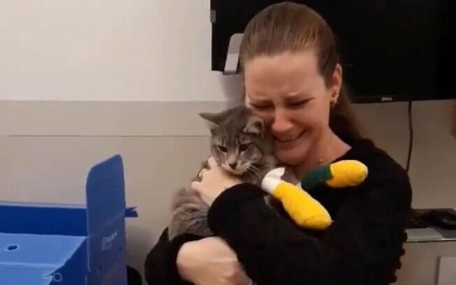 Família tem reencontro com seu gato que fugiu de incêndio na Califórnia