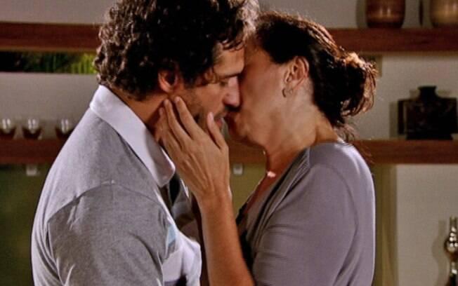 Guaracy consegue esquecer Esther e se entrega à Griselda