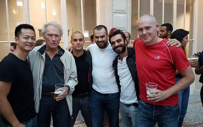 Clint Eastwood e seu elenco estreante em registro dos bastidores de