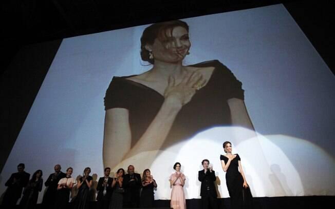 Angelina Jolie é ovacionada por cinco mil espectadores