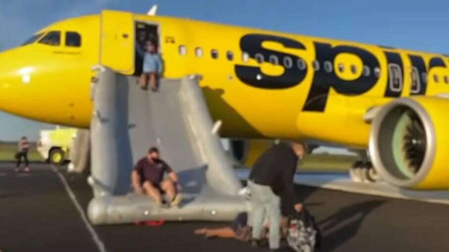 Passageiros descendo pela saída de emergência da aeronave