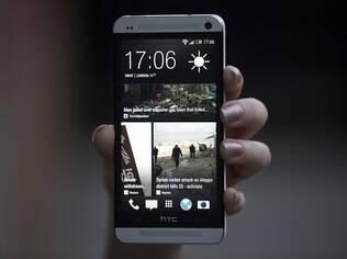 HTC One com quinta versão da interface Sense: feed de notícias e redes sociais na tela de bloqueio