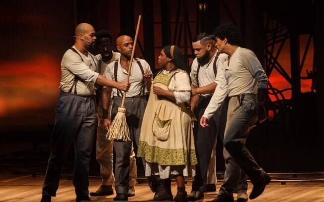 O musical se passa no século XX e é inspirado em um livro