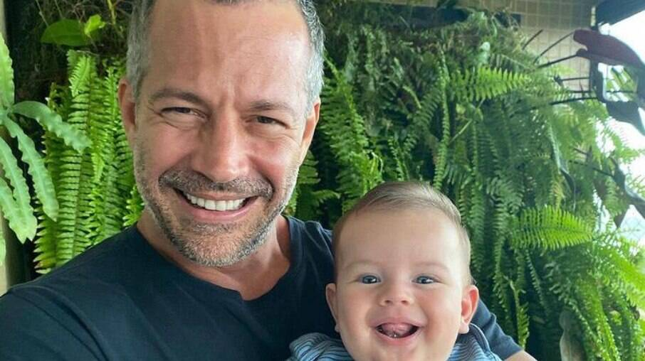 Malvino Salvador ensina filho a falar papai