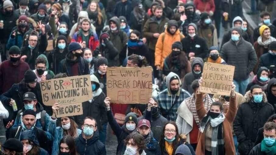 Manifestantes também criticaram as políticas contra à pandemia de Emmanuel Macron