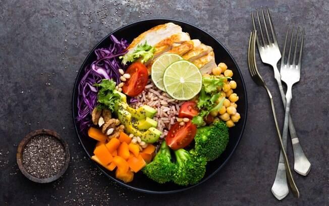 Preparar pratos saudáveis em restaurantes por quilo não precisa ser um desafio. Nutricionista ensina e dá dicas