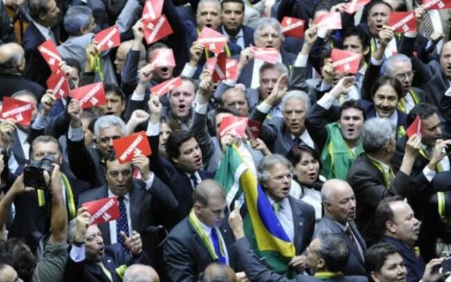 Deputados da oposição celebram a instalação da Comissão Especial do impeachment na Câmara