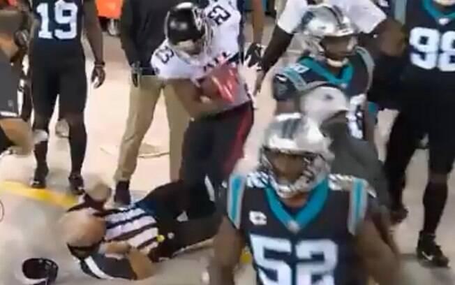 Árbitro levou queda em jogo da NFL
