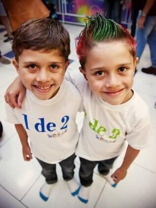 Irmãos se preparam para desfilar no concurso: camisetas brincam com a condição dos gêmeos
