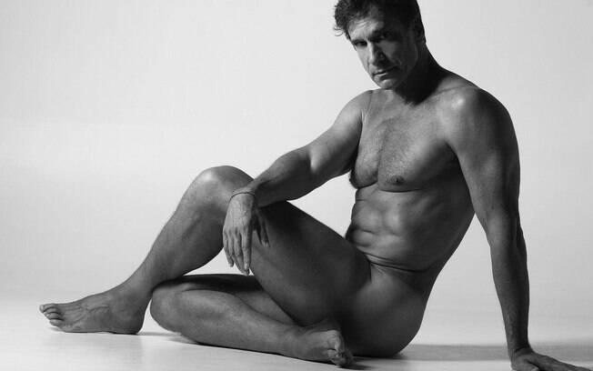Aos 60 anos, Victor Fasano posa completamente nu para projeto