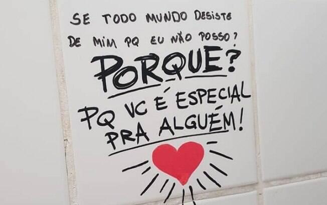Escola realiza intervenção artística em banheiros para combater suicídio no interior de São Paulo.
