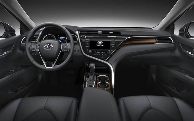 O acabamento do Toyota Camry é mais primoroso que o do Accord, com boa variedade de materiais