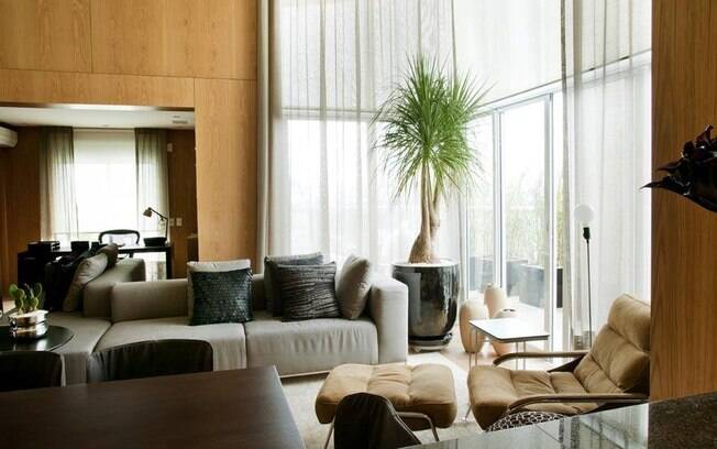 O uso de cortinas é uma saída para diminuir a incidência do sol e trazer elegância aos espaços
