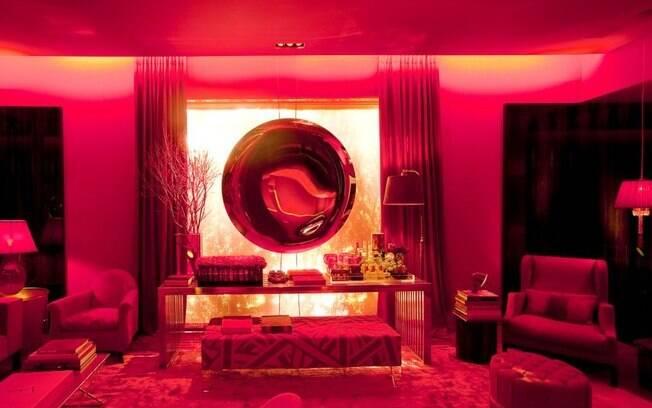 Roberto Migotto criou uma sala de estar totalmente revestida em vermelho. O espaço estava na Hyundai Mostra Black