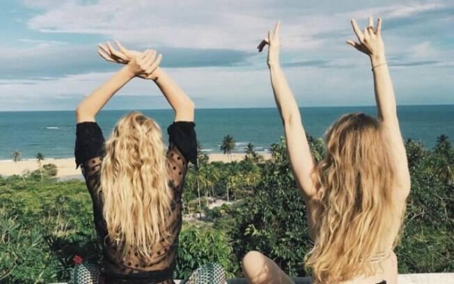 A diretora Matilda Kahl e a angel Elsa Hosk desembarcaram em Trancoso para curtir o verão