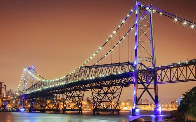 A ponte Ponte Hercílio Luz é um dos cartões postais de Florianópolis, um dos destinos mais populares do Sul do país