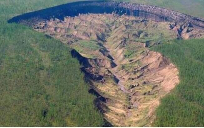 Cratera com um quilômetro de comprimento e 85 metros de profundidade aumenta entre 10 e 30 metros a cada ano