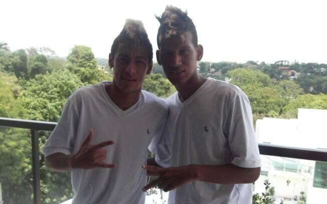 Danilo e Neymar antes da gravação de um comercial. Foto  Arquivo pessoal 5a6f2d774cb1a
