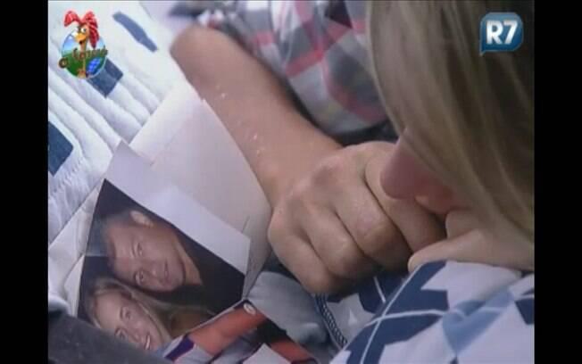 Joana fica olhando a foto com o namorado