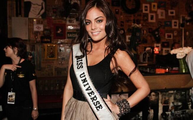 Miss Universo Ximena Navarrete em balada de samba