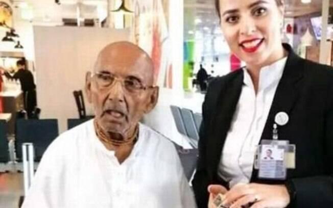 Monge foi parado em aeroporto de Abu Dhabi e posou para fotos com funcionários