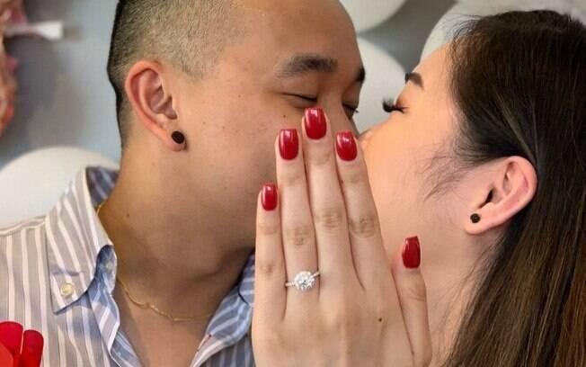 Apesar de parecer bem tradicional a foto para anunciar noivado de Diana e José contém um 'segredo de bastidor' e viralizou