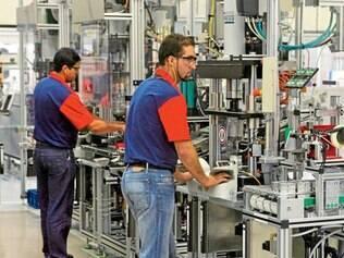 Efeito. Com o comércio vendendo menos, a indústria tem menos demanda e produção cai