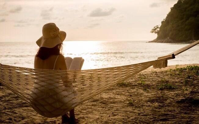 Imagem de uma pessoa em uma praia deserta pensando na vida.