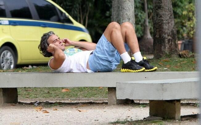 Alexandre Borges faz abdominais em meio a uma caminhada na Lagoa